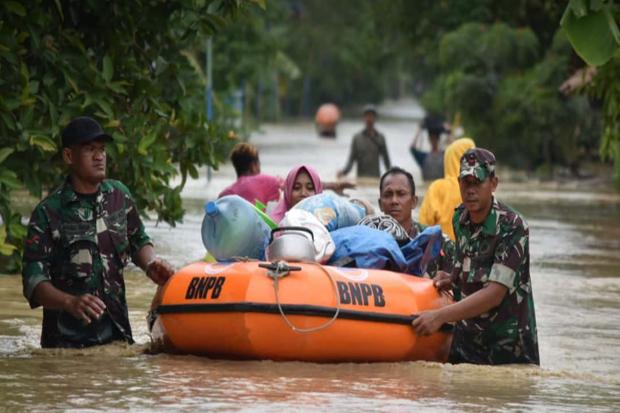 Demak Banjir Setinggi 80 Cm, Ibu-Ibu Mengungsi ke Tanggul