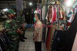 Babinsa TNI AD Patroli Protokol Kesehatan di Pasar Mede Cilandak