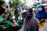 Anggota TNI Periksa Suhu Tubuh Pengunjung Pasar Serdang Kemayoran