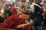 Siap Sambut New Normal, Pedagang Pasar Senen Gunakan Pelindung Wajah