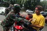 Babinsa TNI AD dan Sat Pol PP Gelar Razia Masker Bagi Pengendara di Cilandak Timur