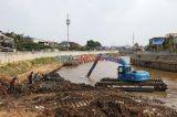 Jelang Musim Hujan, Endapan Sungai Ciliwung Dikeruk