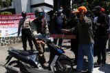 Hadang Peserta Silaturrahmi KAMI Jawa Timur, Ratusan Massa Duduki Gedung Juang 45