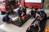 Dengan Pijat Cimande, Petugas Damkar Sembuhkan Luka Patah Tulang