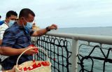 Tim SAR Gabungan dan Keluarga Penumpang Tabur Bunga di Lokasi Jatuhnya Sriwijaya Air SJ-182