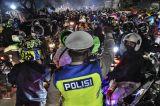 Polisi Halau Pemudik Motor yang Memadati Perbatasan Bekasi dan Karawang