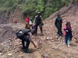 Jalan Lintas Gayo Lues - Aceh Timur Tertimbun Longsor, Polres Gayo Lues Bantu Warga Melintas