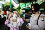 Polisi Grebek Pasar PAL Cimanggis Bagikan Masker dan Ingatkan Prokes