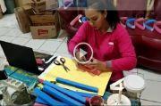 Peduli Tenaga Medis, Istri Kapolres Timor Tengah Utara Produksi Pelindung Wajah