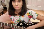 Peringati Hari Kartini, Dian Sastro Main Gitar Listrik