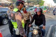 Hari Pertama PSBB, Banyak Warga Tak Pakai Masker dan Berboncengan Motor