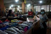 Jelang PSPB Surabaya, Pedagang Terima Uang Harus Disemprot Hand Sanitizer