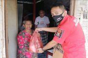 Sisihkan Gaji, Humas Polres Simalungun Bagikan Sembako pada Lansia