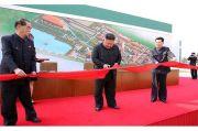Diisukan Mati, Kim Jong-un Tampil Potong Pita Peresmian Pabrik Pupuk