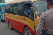 Polisi Halau Puluhan Travel Angkut Pemudik di Pati