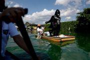 Darth Vader Tegakkan Lockdown di Desa Filipina
