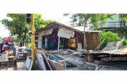 Di Tengah Wabah Corona, PT KAI Tertibkan Bangunan Liar