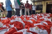 Mensos Susuri Gang-gang di Bekasi demi Sebar Paket Sembako