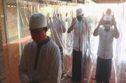 Cegah COVID-19, Masjid Ini Pakai Pembatas Plastik untuk Salat Jamaah
