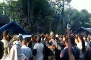 Tak Terima Bantuan, Ratusan Warga Kepung Kepala Desa dan Rusak Kantornya