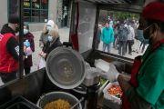 Berharap Dapat Berkah Ramadhan, Komunitas Muslim New York Bagikan Makanan Gratis