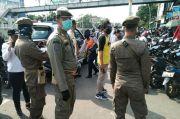 Jelang Lebaran, Petugas Berjibaku Halau Pengunjung dan PKL Pasar Jatinegara