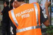 Beri Efek Jera, 111 Pelanggar PSBB di Jakpus Bersihkan Fasum