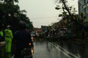 Hujan Angin, Baliho dan Pohon Tumbang di Palembang