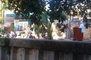 Warga Warakas Laksanakan Salat Idul Fitri di Jalan Raya dengan Protap