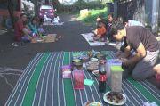 Tak Mudik, Lebaran Asyik Makan di Jalan Bareng Tetangga