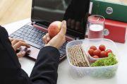 Ini Alasan Kenapa Harus Hindari Makan di Meja Kerja saat WFH