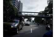 Cegah Covid 19, Damkar Jakbar Disinfektan Ruas Jalan Utama