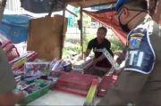 Nekat Buka, Satpol PP Tutup Paksa Toko Mainan di Pasar Gembrong