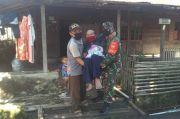 Tak Mampu Jalan Ambil BLT, 2 Nenek Lumpuh Digendong Serda Isnan