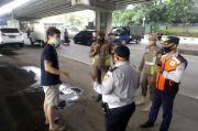 Tidak Pakai Masker, 14 Pengendara Bersihkan Trotoar di Pademangan