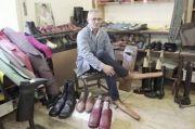 Perancang Rumania Ciptakan Sepatu Panjang untuk Jaga Jarak Sosial