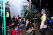Patroli PSBB Transisi, Polisi Bubarkan Kerumunan Warga