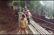 Jembatan Hancur Diterjang Longsor, Warga dan Aparat Bangun Jembatan Bambu
