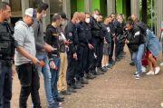 Terhina Dicap Pro-Rasisme, Para Polisi Prancis Lempar Borgol ke Tanah
