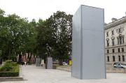 Patung Churchill Ditutupi Kotak Besi Cegah Serangan Demonstran