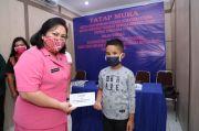 Ketua Bhayangkari Polda Sumut Serahkan Paket Sembako kepada Warga Karo