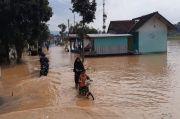 Banjir Tasikmalaya, Satu Keluarga Terpaksa Tidur di Plafon