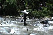 Kepepet, Warga Tangse Pidie Seberangi Sungai Hanya dengan Seutas Tali