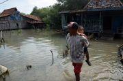 Gerhana Cincin di Demak : Rob Setinggi 1 Meter, Warga Mendayung
