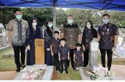 AHY Posting Foto Ziarah ke Makam Ibu Ani dan Pramono Edhie