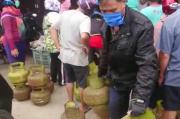 Warga Pontianak Berdesakan di Tengah Pandemi Demi Gas Elpiji