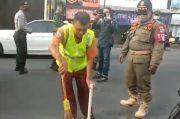 Tak Pakai Masker, Warga Tasikmalaya Dihukum Menyapu Jalan dan Fasum