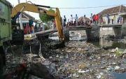 Puluhan Tahun Penuh Sampah dan Bau, Sungai di Pasuruan Dikeruk