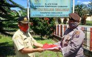 Dua Bintara Polsek Raya Ganti Bendera Rusak di Kantor PMS