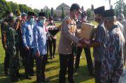 HUT Bhayangkara ke-74, Polres OKI Berbagi Sembako Untuk Warga